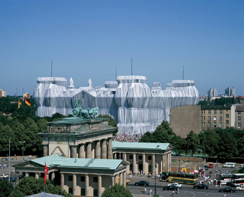 Christo and Jeanne-Claude, A becsomagolt Reichstag,  Berlin, 1971-95 Photo: Wolfgang Volz © 1995 Christo, forrás: christojeanneclaude.net