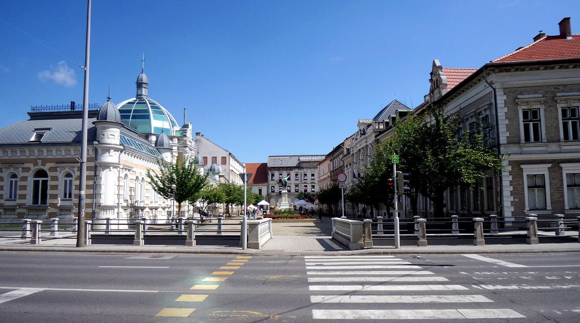Az Erzsébet tér a háttérben a Korona / Avas Szálló  romos épületével 2017-ben. Fotó: Balogh Attila