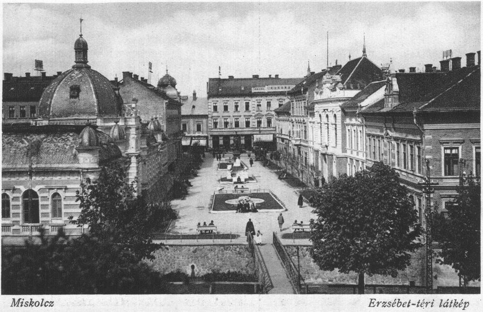 Erzsébet tér háttérben a Korona szállóval. Korabeli képeslap, forrás: Wikipedia